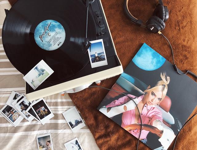 Recenzia na album FUTURE NOSTALGIA - DUA LIPA. Retrospektívny návrat do disko a retro obdobia.