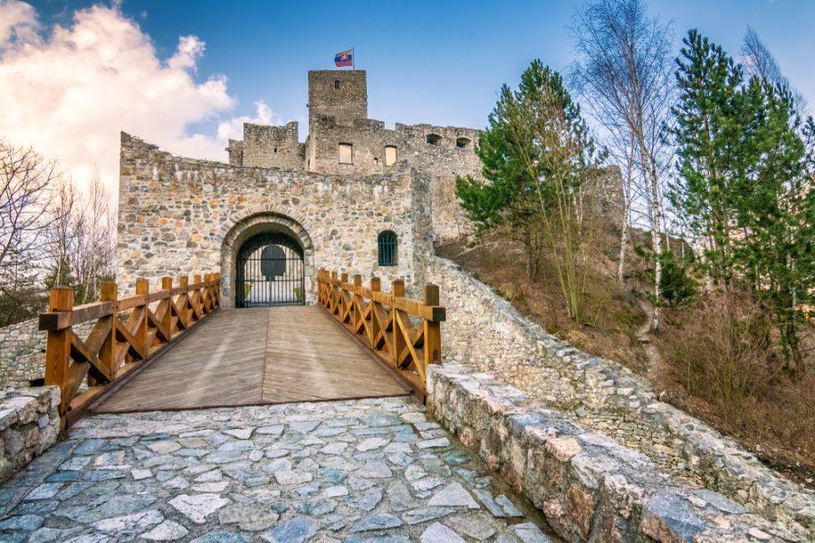 Pozvánka: Považské múzeum Vás srdečne pozýva na zážitkovú večernú prehliadku na hrade Strečno