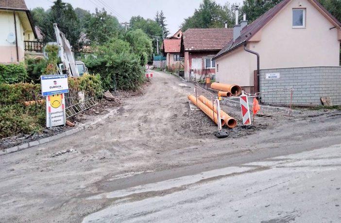 Pozor: Obmedzenie dopravy v Považskom Chlmci z dôvodu výstavby kanalizácie
