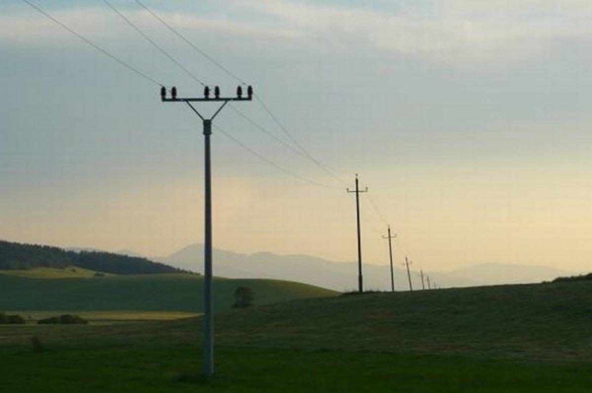 Máte na svojich pozemkoch vzdušné elektrické vedenie? Nezabudnite na svoju občiansku povinnosť!